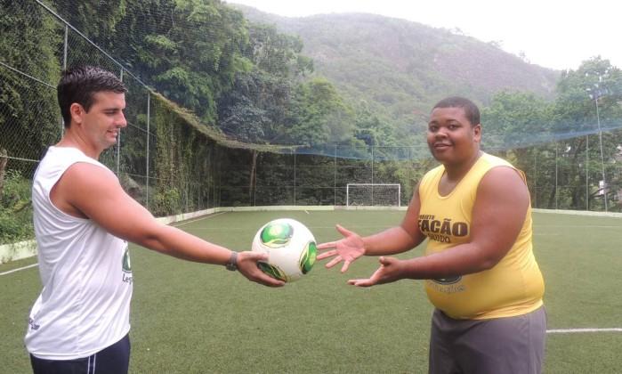 Guido entrega a bola para um aluno