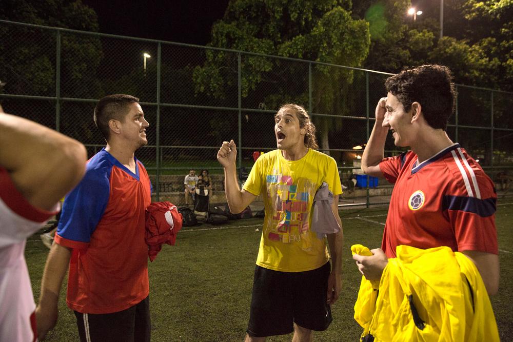 Sebástian (ao centro) bate o time com os amigos.