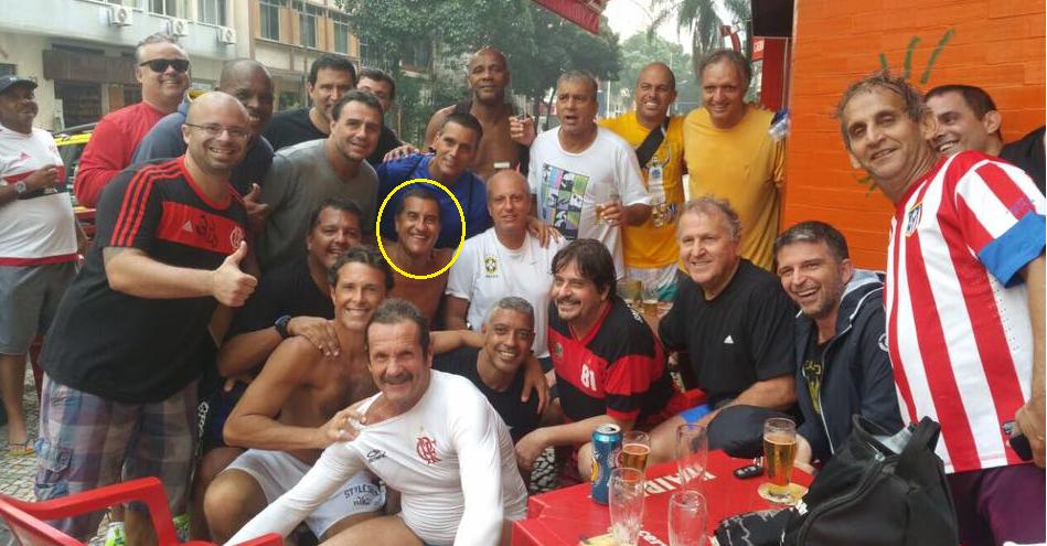 Após a pelada, Cocada (em destaque) se reuniu com os amigos, entre eles Zico, para a tradicional resenha no bar