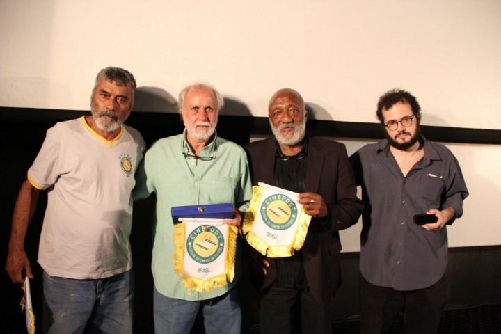 lLucio recebe o prêmio do CINEfoot ao lado dos três craques