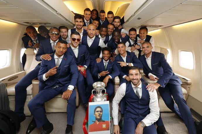 Na volta para Portugal, os jogadores fizeram uma homenagem ao ídolo português