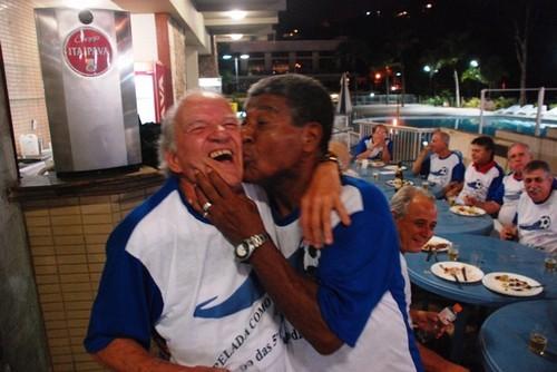 Jair Marinho beijando Edgar Muniz, organizador da pelada do Praia Clube, em Niterói.