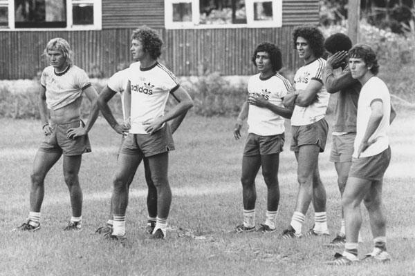 Marinho Chagas ao lado de Falcão, Givanildo, Roberto Dinamite, Marco Antônio e Zico, durante treino da seleção
