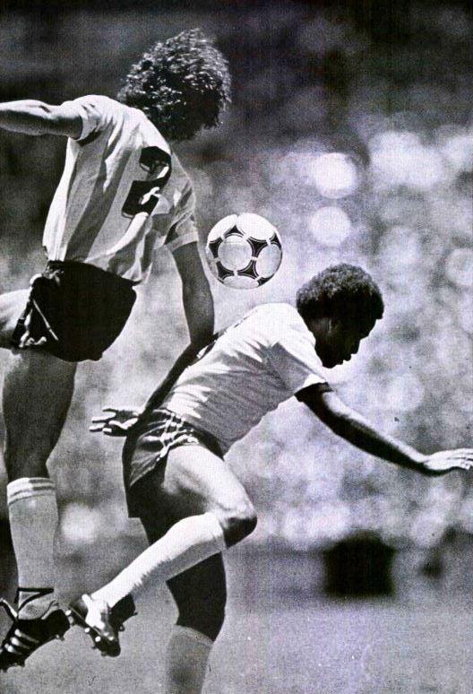 Marinho Rã disputa uma bola