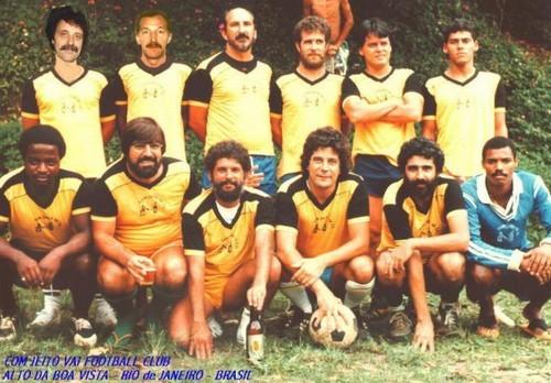COM JEITO VAI FOOTBALL CLUB. escalação: de pé da esquerda para a direita: Maurice (Ferrôlho Suiço), Oscar (Porteño), Aquilles, Dr. Wall, Arnaldinho, e Moreninho. Agachados, da esquerda para a direita: Mangaba, Vitor Português, Carlos Falcão (Rato), O saudoso Wilson Timóteo (Tom), Aluízio Maranhão (Maraca) e Chumaqui (em homenagem ao grande goleiro Schümacker da Alemanhã na época).