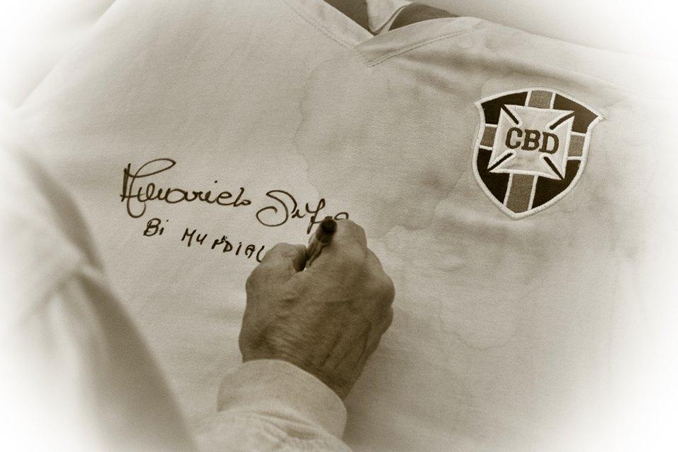 Amarildo assina a camisa de Victor Raposo