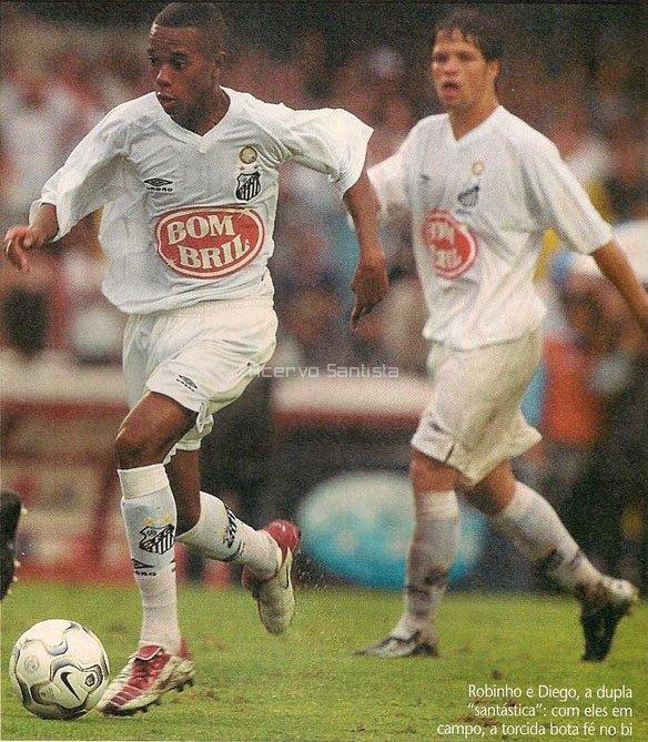 Observado por Diego, Robinho conduz a bola para o ataque