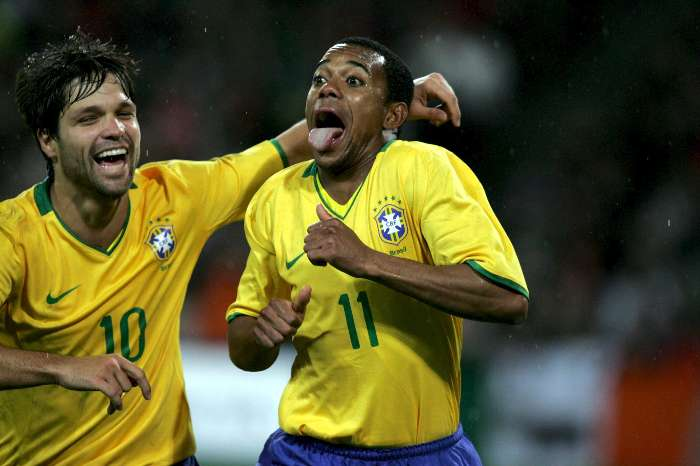 Diego abraça Robinho após um gol do camisa 11
