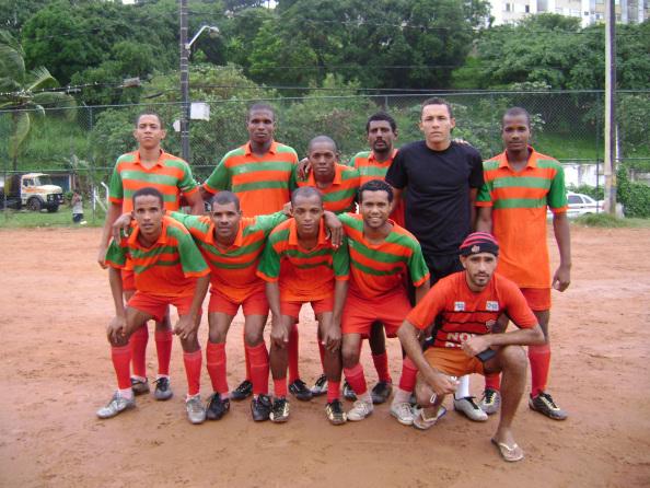 Jogadores da Portuguesa do Vale posam para foto antes da partida