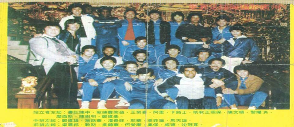 De braços cruzados, Zé Carlos posa ao lado dos companheiros chineses