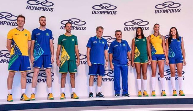 Jogadores brasileiros de vôlei durante a apresentação dos uniformes