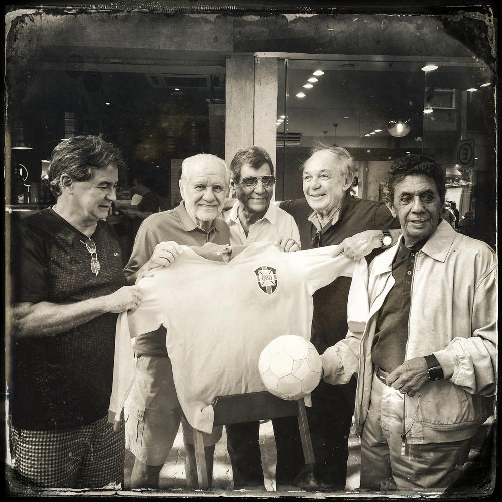Carlos Roberto, Evaristo de Macedo, Rildo, Roberto Miranda e Amarildo exibem a camisa histórica