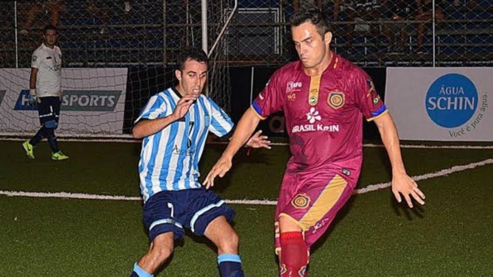 Falcão jogando pelo Fut 7 do Madureira com a camisa histórica
