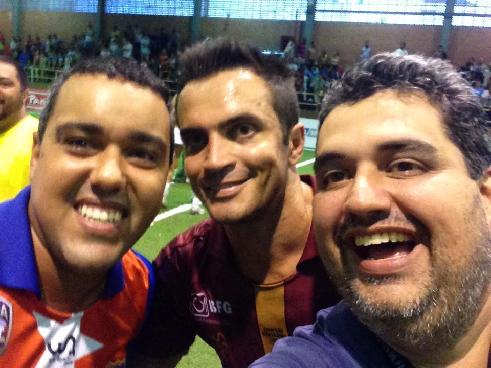 Do lado direito, Rogério tieta Falcão com a camisa do Madureira