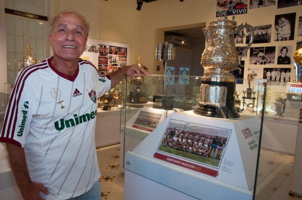 O craque posa com a taça do Campeonato Brasileiro de 70 (Foto: site oficial do Fluminense)