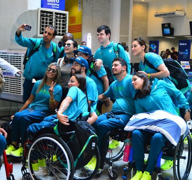 Madrinha dos Jogos, Cléo Pires recebe os atletas paralímpicos