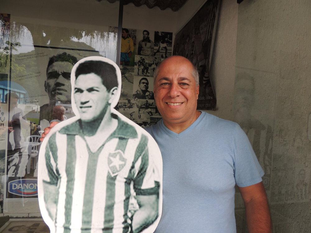 Guilherme Careca posa ao lado da imagem de Garrincha.