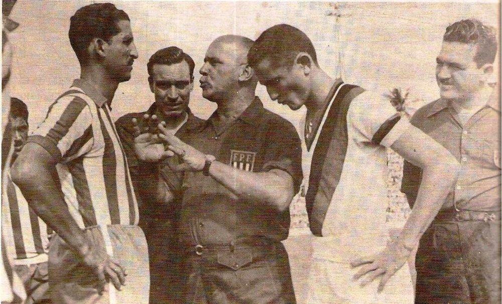 Mario Vianna apitando a final do Campeonato Pernambucano de 1954, entre Nautico e Sport.