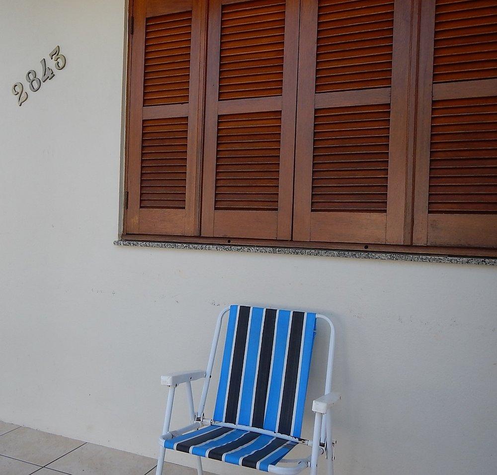 Cadeira com as cores do Grêmio na varanda da casa de Bolívar, único torcedor tricolor em uma família de 13 pessoas - os outros são Inter.