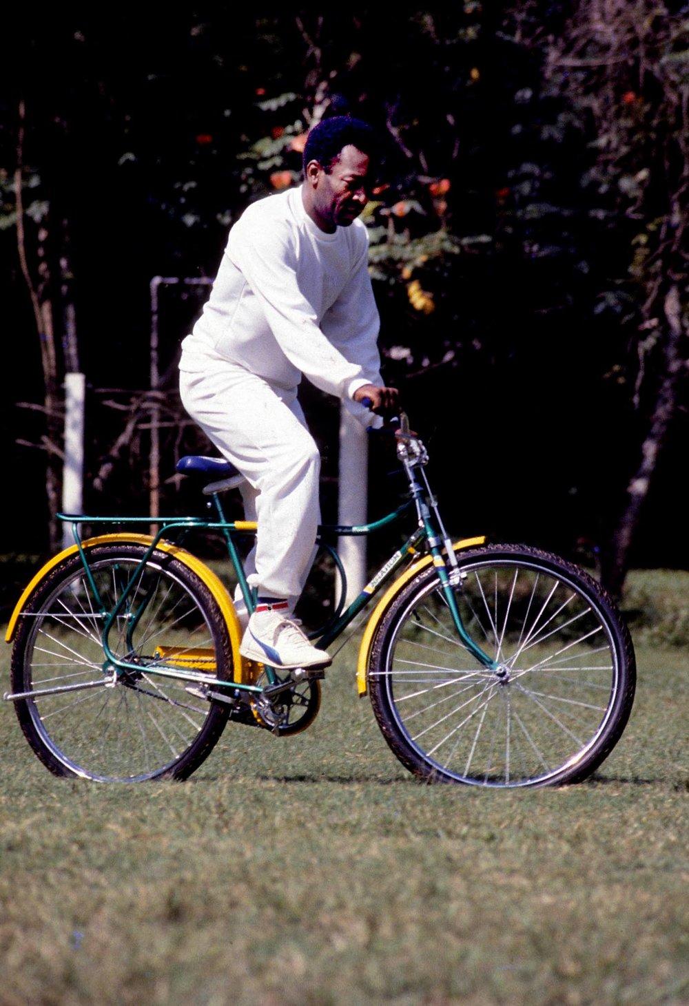 Em um trabalho de publicidade para a marca Monark, em um clube no Alto da Boa Vista, Pelé é clicado pelas lentes de Ismar.