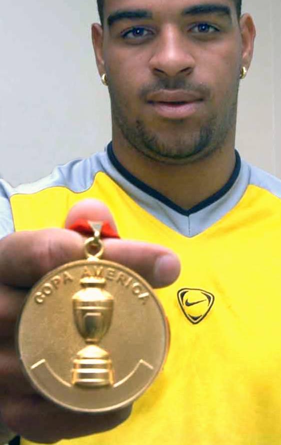 Logo depois de marcar o golaço contra a Argentina, na Copa América de 2004, Adriano posou para o registro de Ismar.