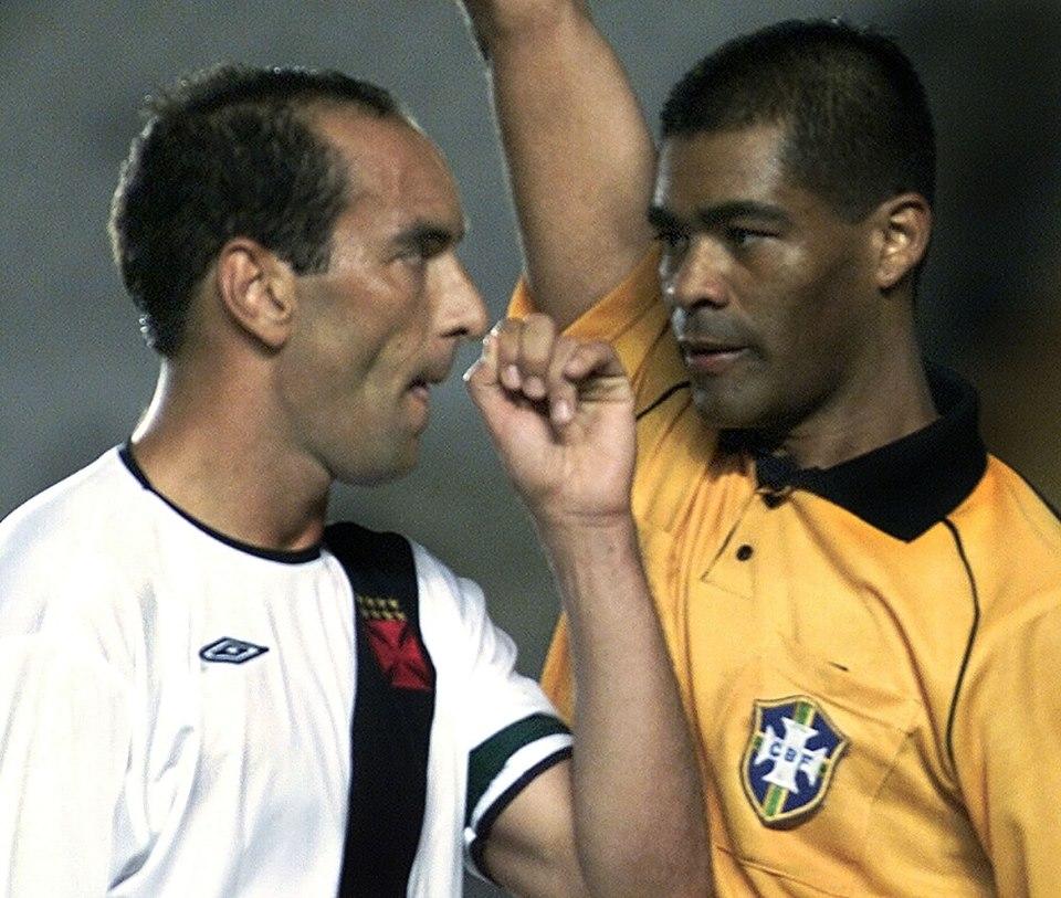 Ismar registrou o exato momento em que Edmundo discute com o árbitro Luís Antônio Silva Santos, o Índio.