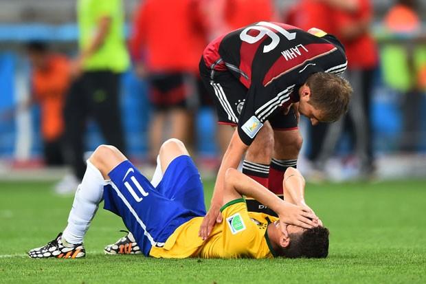 Oscar é consolado por Lahm após a goleada alemã no Mineirão