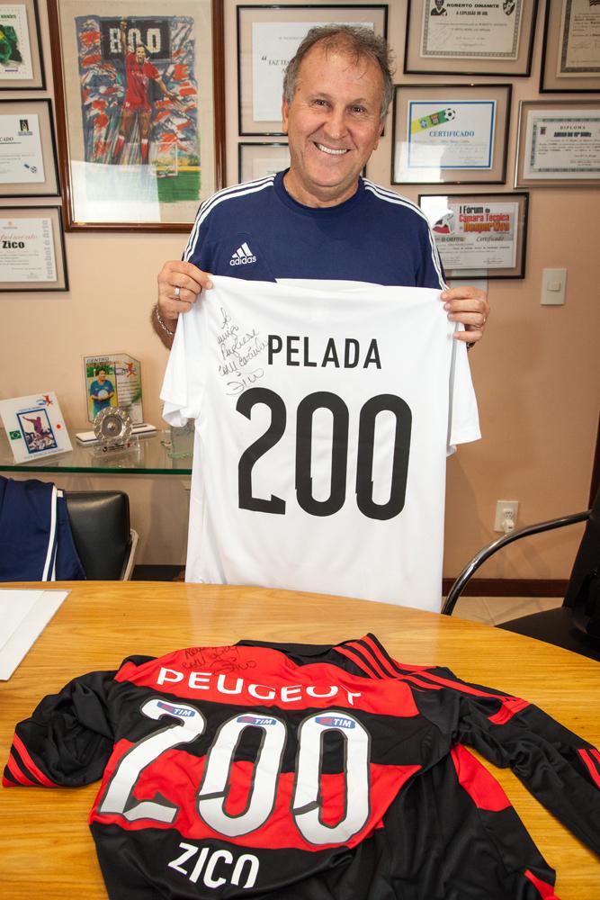 Zico posa com a camisa em homenagem a coluna número 200 da Pelada Como Ela É.