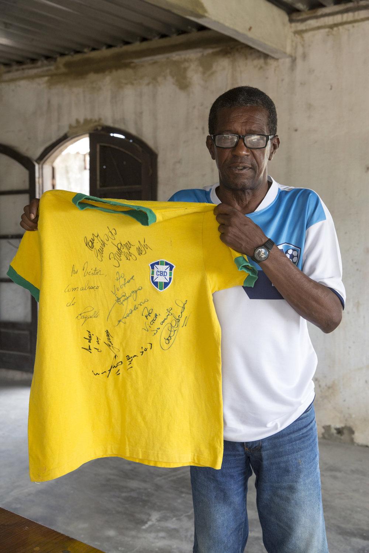 Com a blusa dos ex-atletas de Ribeirão Preto, Marco Antônio segura uma camisa oficial da Copa de 70
