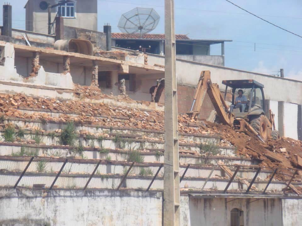Estádio sendo demolido