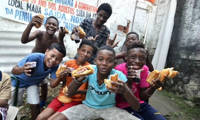 Os meninos da escolinha do Saracutaco: time mantém projeto no Complexo da Penha