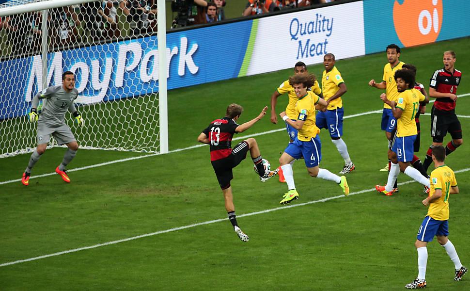 A primeira menção de alguma jogada planejada e treinada acontece quando  Eichler relata o primeiro gol de Müller (p. 37). Porém 015817f89e7e0