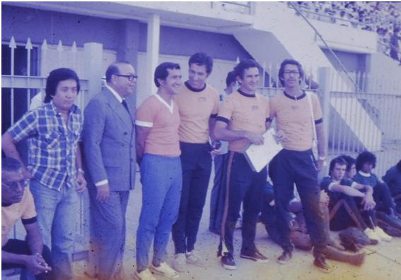 O técnico Zizinho (sentado no canto esquerdo), o jornalista Hideki, Roberto Abranches (Chefe da Delegação), Parreira, Coutinho (Supervisor nessa oportunidade), o preparador físico Sebastião Araújo e José Dias (administrador)