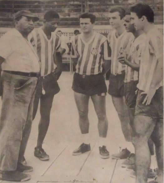 Gentil Cardoso dá instruções para uma das formações do ataque banguense em 1965: Paulo Borges, Parada, Araras, Roberto Pinto e Canhoto. Posteriormente, no time que seria campeão em 1966, entrariam no time Cabralzinho, Bianchini e Aladim.
