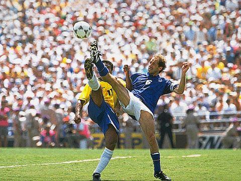 Romário disputa bola com Baresi na final da Copa de 94.