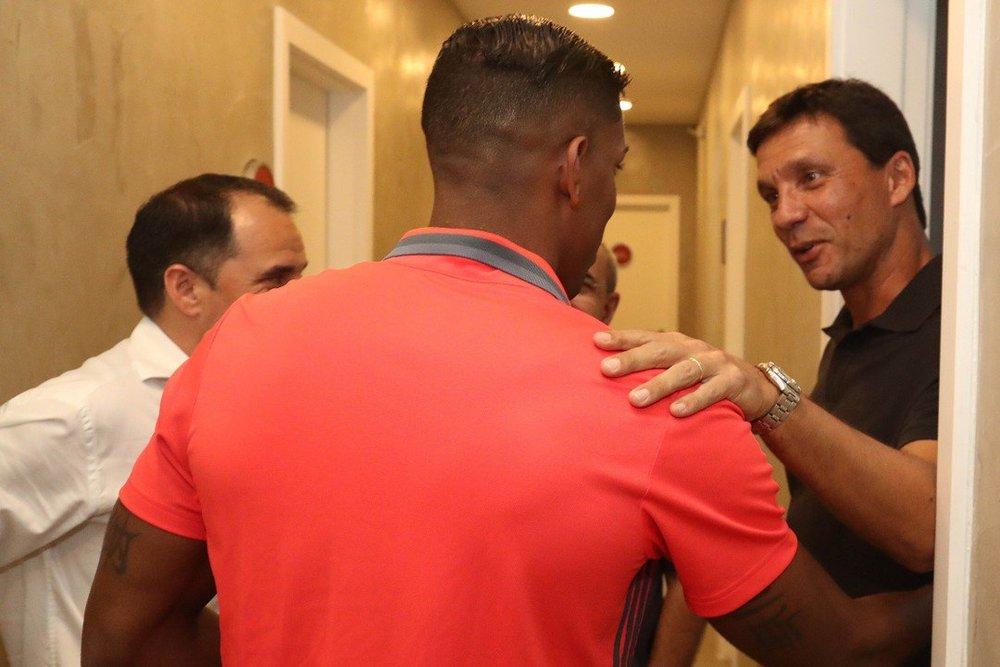 Ao lado de Rodrigo Caetano, Zé Ricardo recebe Berrío