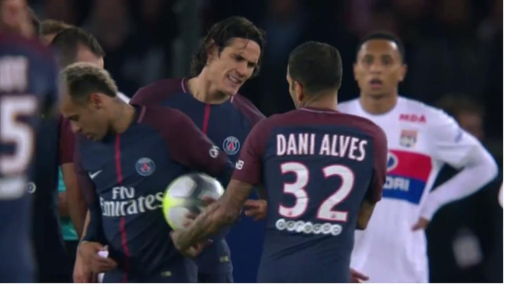 Daniel Alves entrega a bola para Neymar
