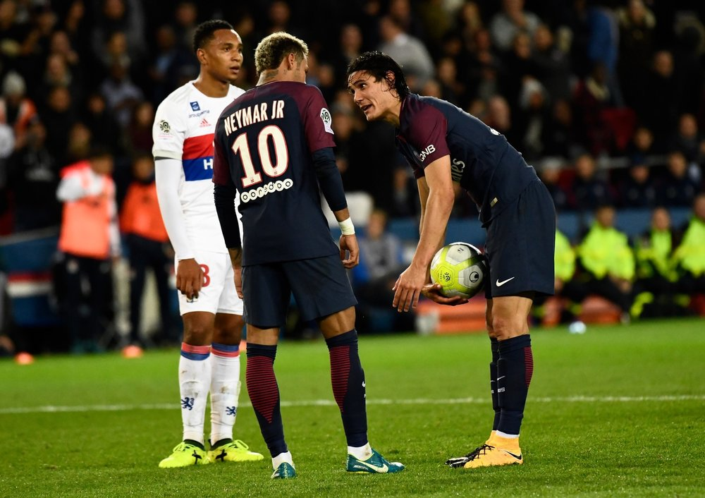 Neymar pede a bola para Cavani