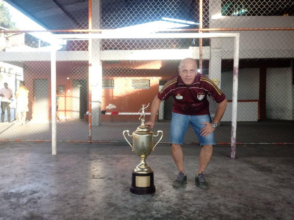 Flávio exibe seu troféu