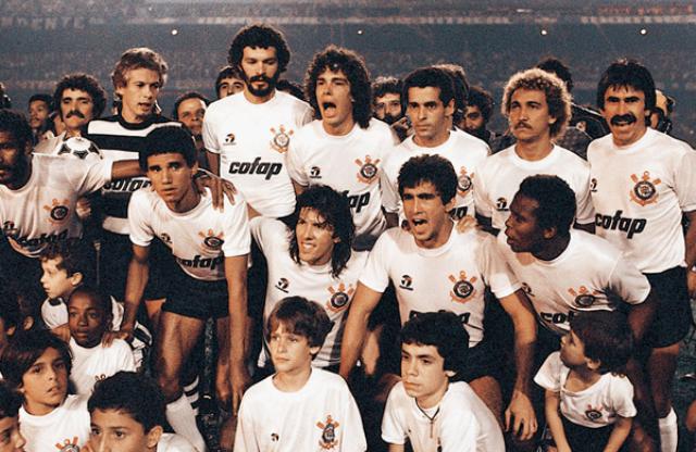 Campeão de 1983. Em pé: Leão, Sócrates, Casagrande, Eduardo, Biro-Biro e Zenon; Agachados: Mauro, Alfinete, Paulinho, Juninho e Wladimir.