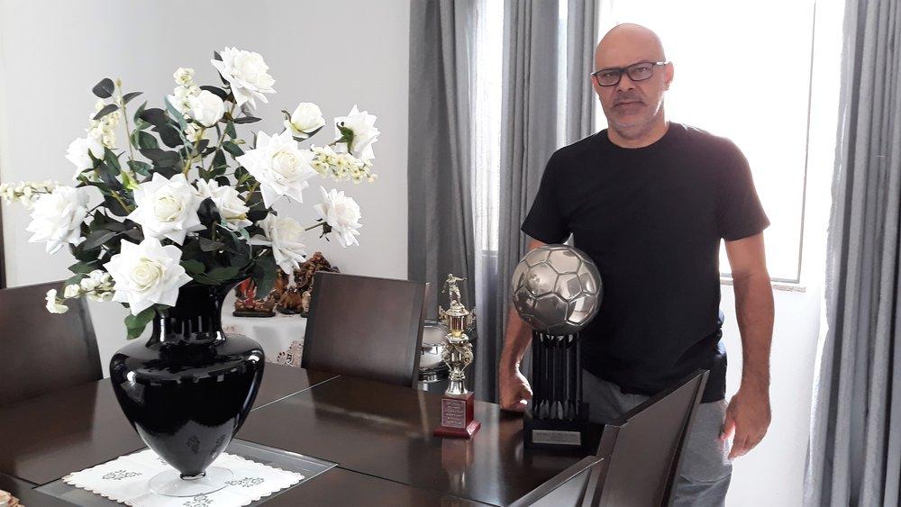 Charles com Bola de Prata e troféu de artilheiro.jpg