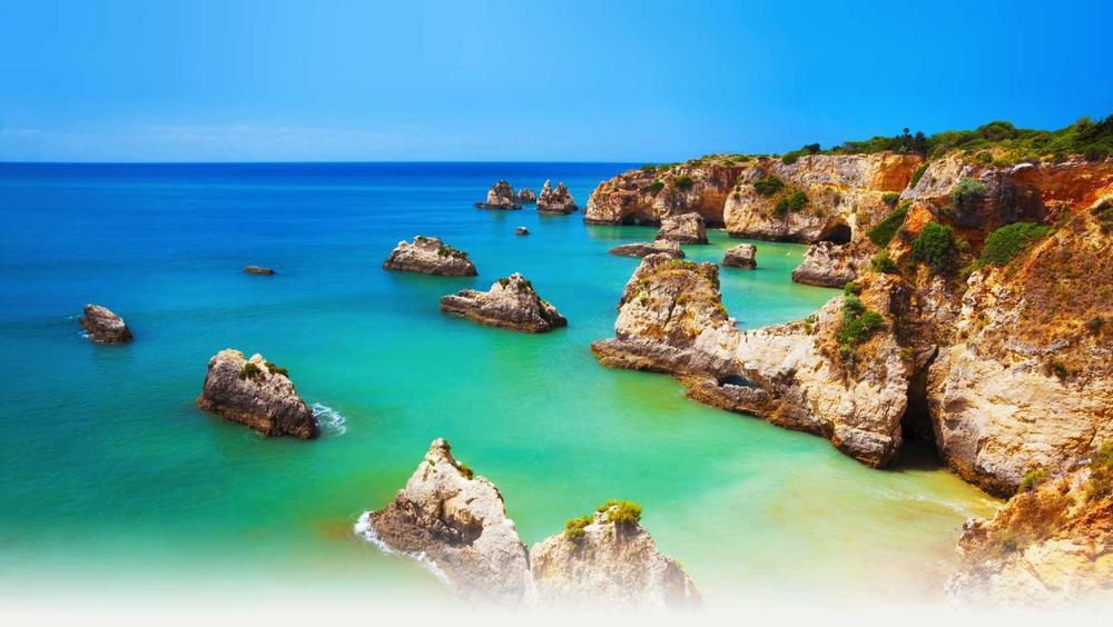 Praia dos Três Irmãos in Alvoris also half an hour away