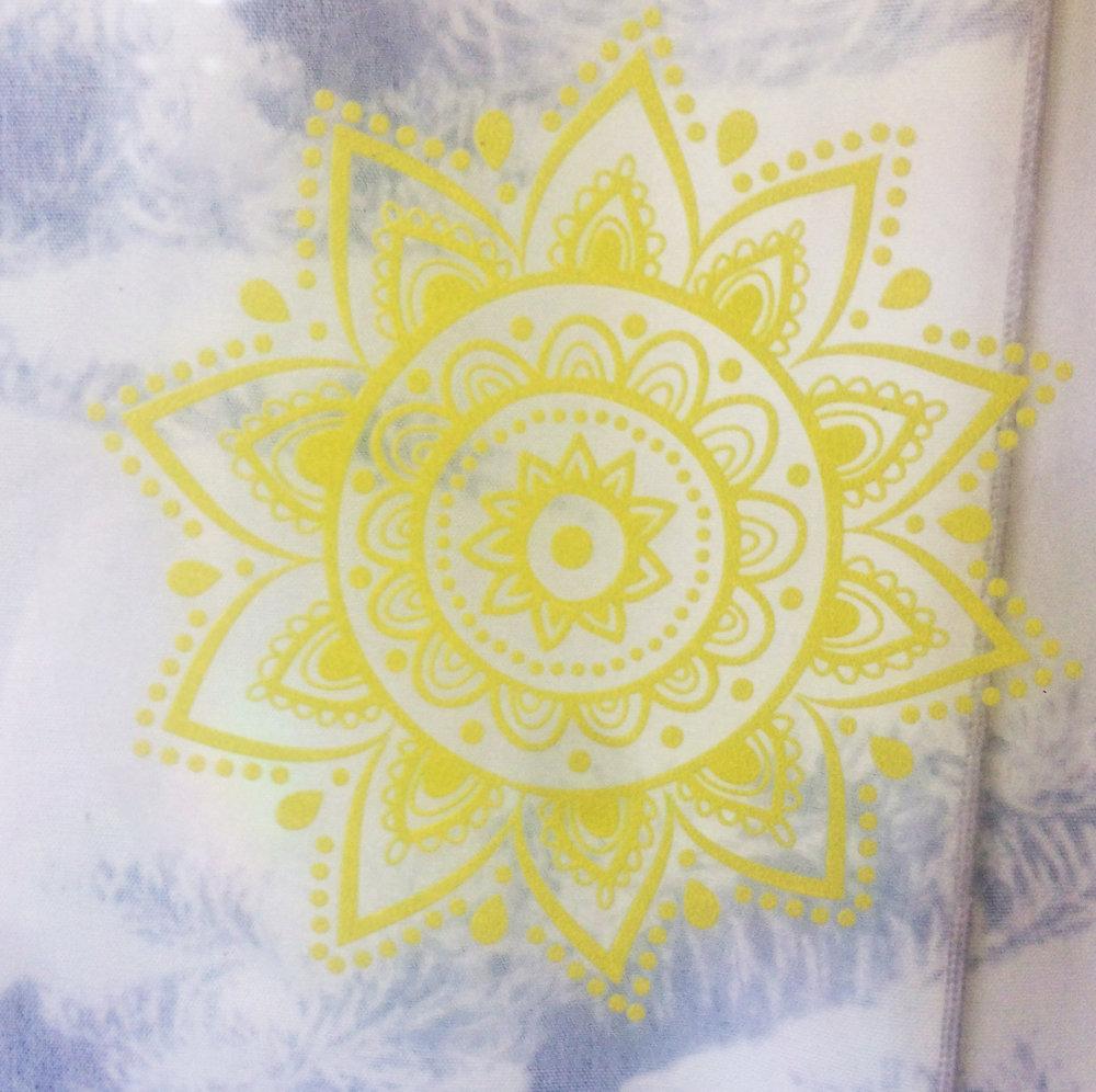 MANIPURA CHAKRA - El tercer chakra es de color amarillo o dorado. Está ubicado en el plexo solar y es es el centro de energía, del poder de la voluntad, del sentido de control y coordinación, es la fuerza que impulsa a actuar.Está asociado con la región que rodea el ombligo, con el sistema digestivo y con la visión. Su elemento es el fuego.Código: S03