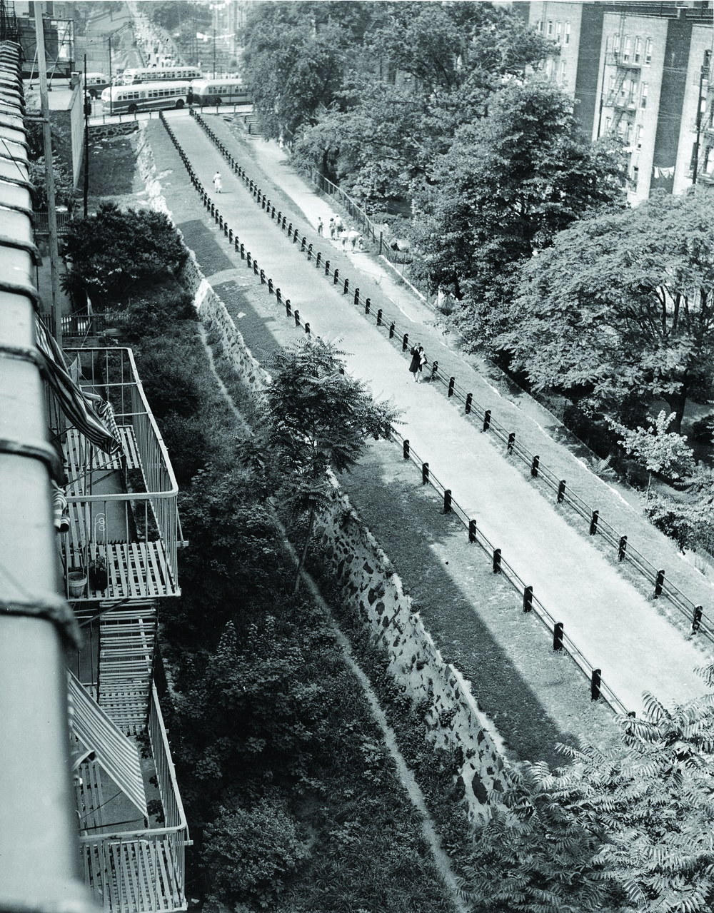 25260_X001A_7-7-1947_Aqueduct Walk.jpg