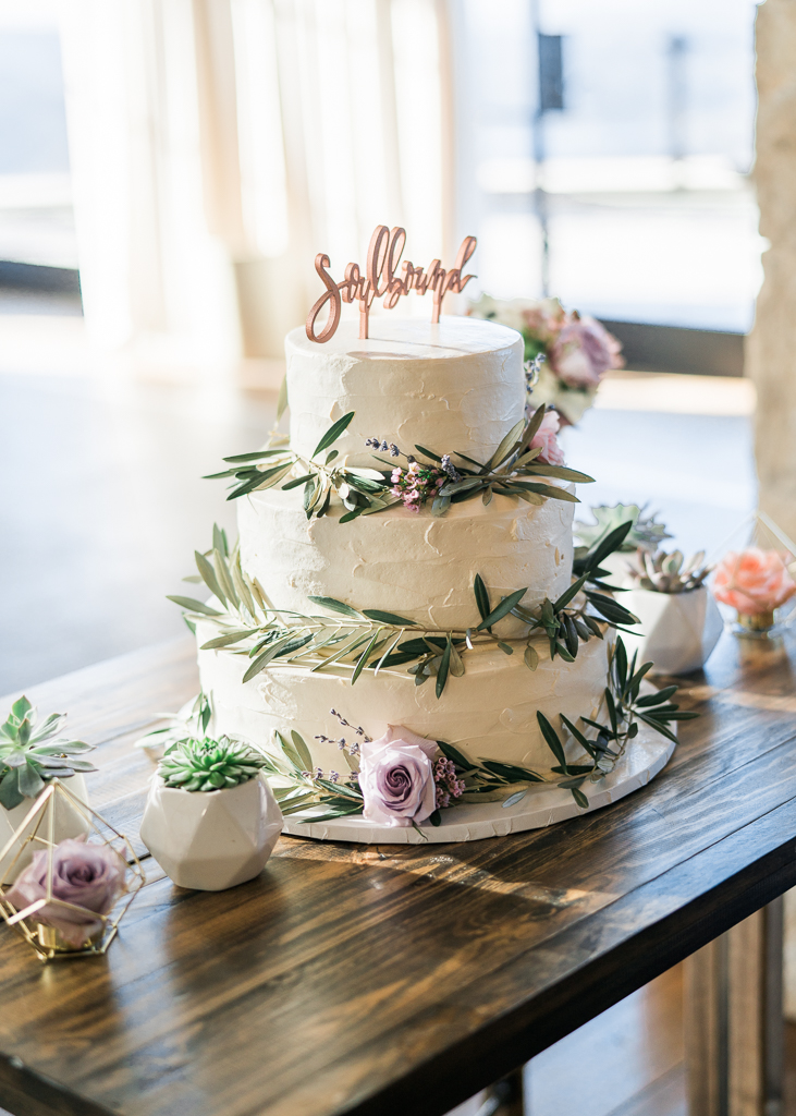 Simplistic Wedding Cake Detail Ideas