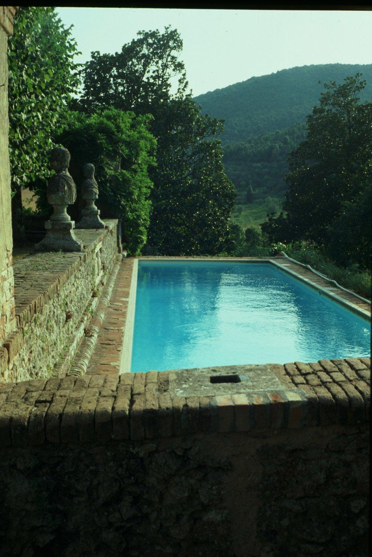 Piscina nel parco di Villa Cetinale (Siena)