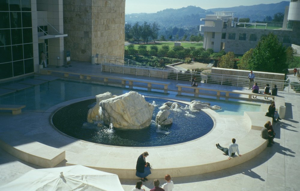 Questa vasca situata nel Paul Getty Museum di Los Angeles, evidenzia il meraviglioso gioco di elementi formali (un puro cerchio) con la natura organica delle rocce. Può essere di ispirazione per l'uso delle pietre e delle rocce in una piscina.