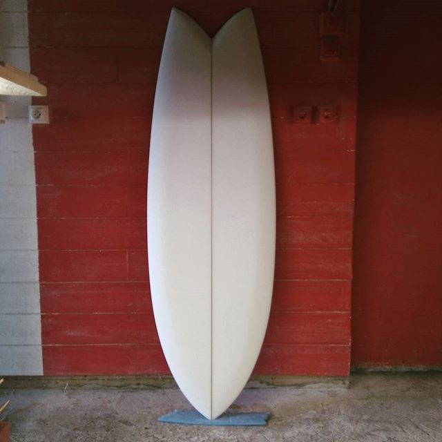 5'4 hirondelle  #twinfin  #handshapedsurfboards