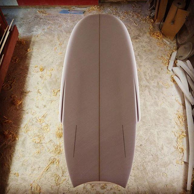 4'10 colibri #twinfin  #minisimmonssurfboard #handshapedsurfboards  #bretagne #plumedavion