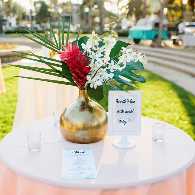 Loved this personalized frames with fun facts about the bride and groom #midtowndesign #amidtownwedding #midtownflorals